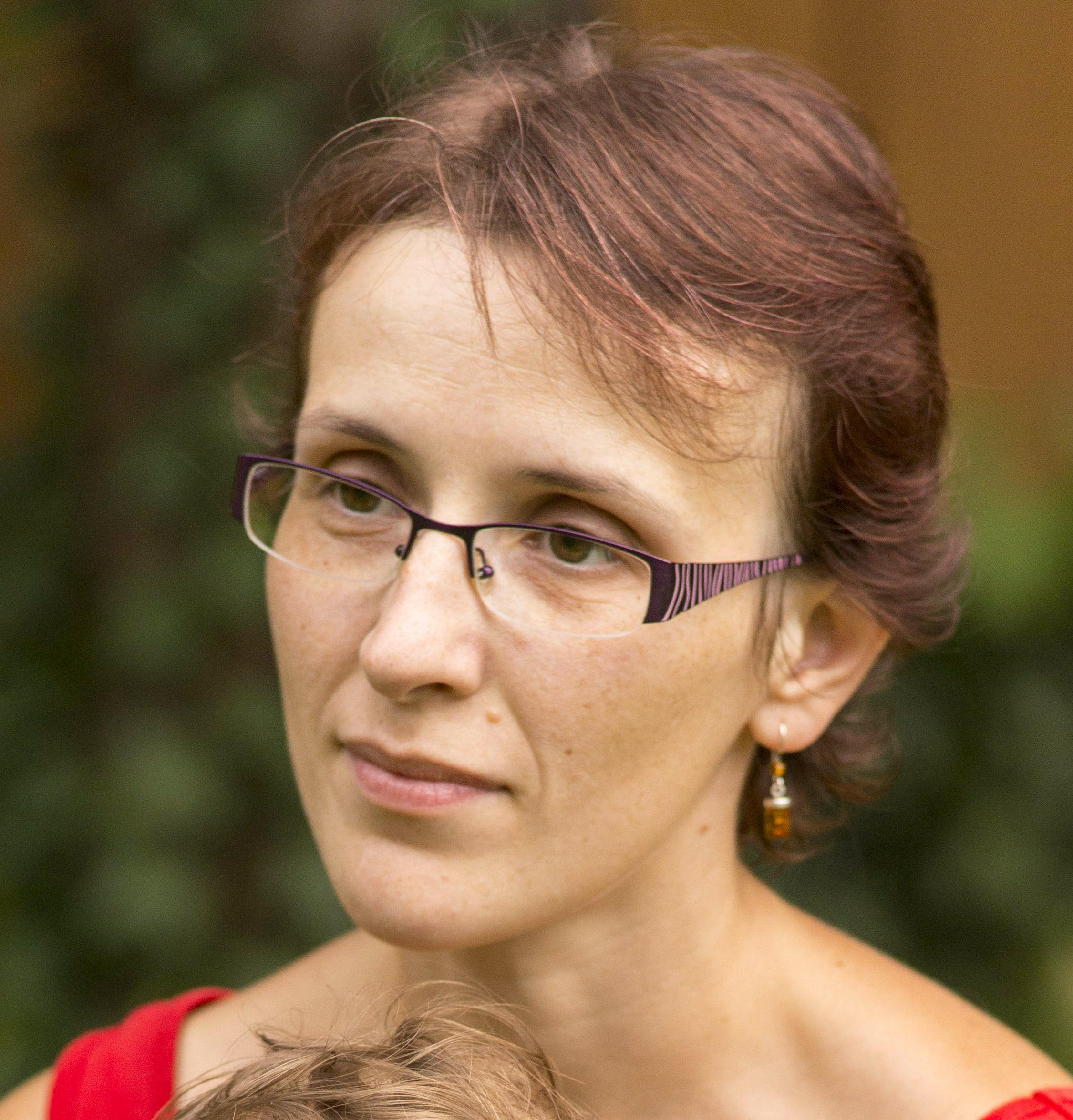 Nina Michalak, urodzona w Warszawie w 1981 roku. Z wykształcenia mgr pedagogiki, z powołania i wyboru – matka. Praktyk edukacji domowej. Radykalny katolik. - nina_michalak
